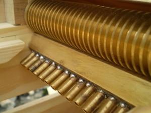 Le carton  s'insérera entre la flûte de pan et le rouleau presseur