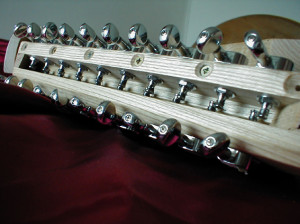 Ici les chevilles d'accord sont remplacées par des mécaniques de guitare