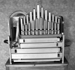 L'avant de l'orgue Les 4 gros bourdons couchés sont les 4 basses 23 bourdons verticaux du grave à l'aigu