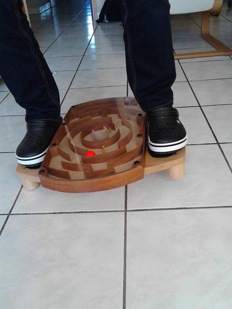 Une boule parcourt un labyrinthe selon le pilotage du support positionné sur une demi sphère.