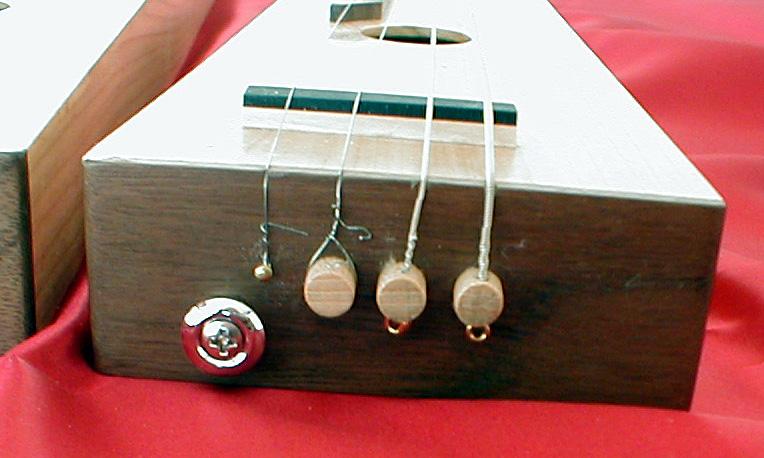 Une corde chanterelle Trois bourdons interchangeables en place