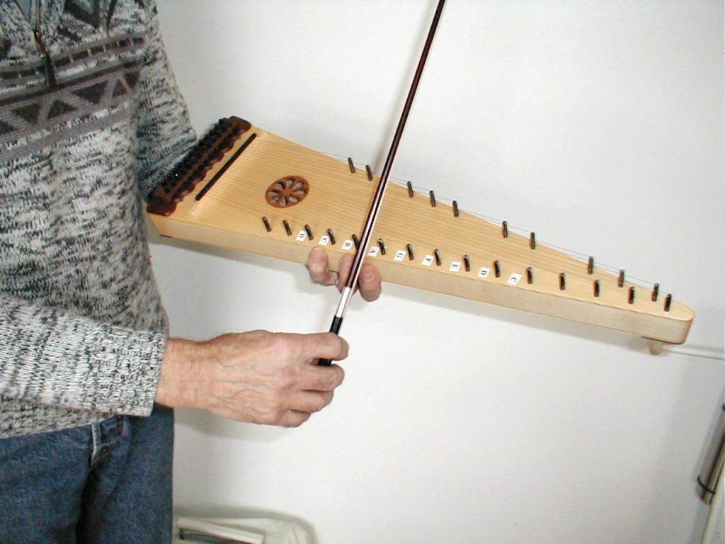 1- Une manière de tenir l'instrument sur l'avant-bras.