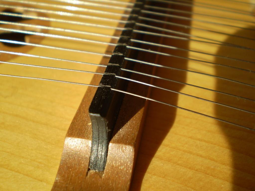 13-Un modèle de chevalet : base en érable (teinté ici), crête en ébène, cordes à piano 3/10e