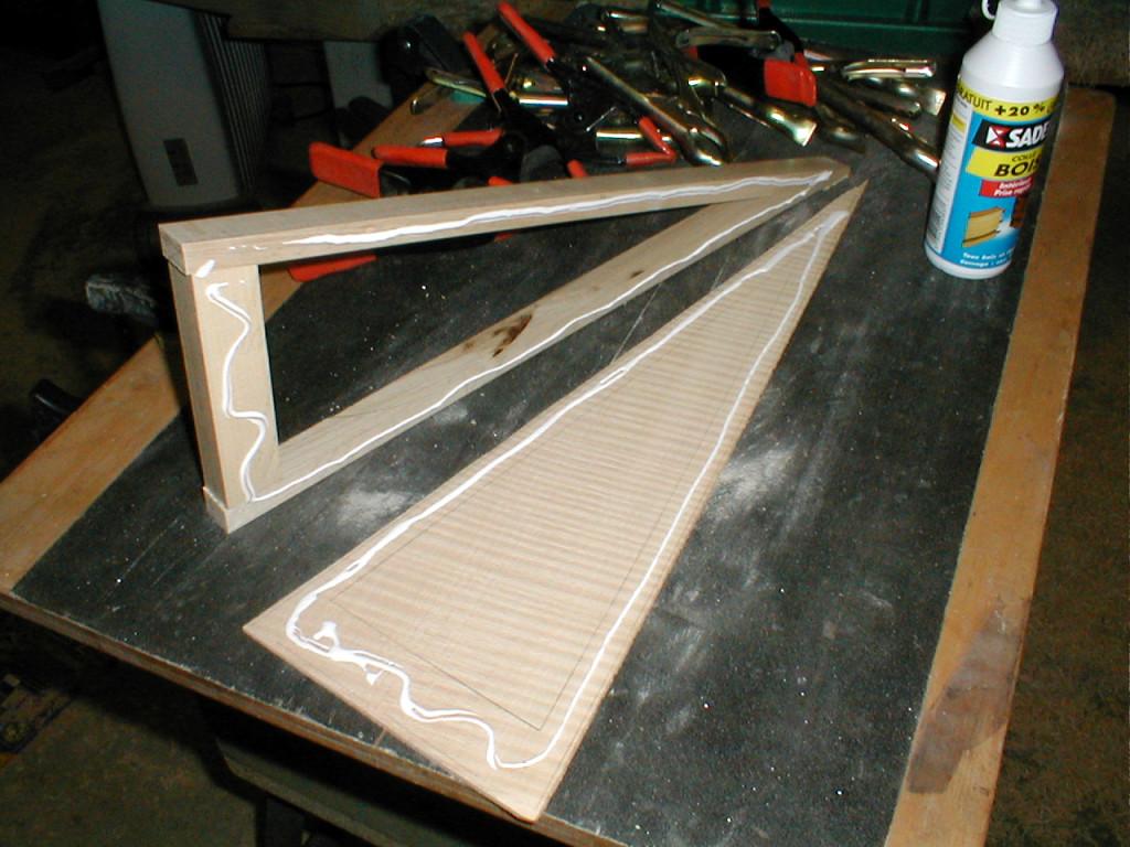 6-Préparation du collage du fond. Ici plaque en érable ondé, le luxe.
