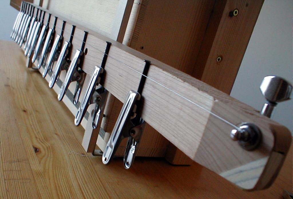 Si l'on appuie sur la corde entre deux pointes, on diminue la longueur vibrante donc la note produite est plus haute (plus aigüe)