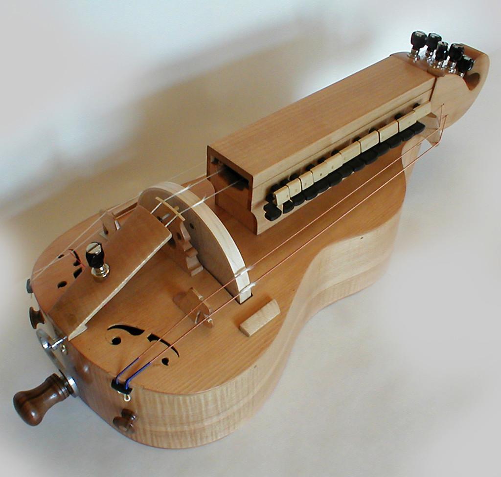 La vielle à roue acoustique. 6 cordes : 2 chanterelles et 4 bourdons