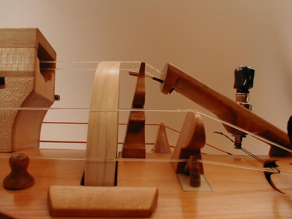 L'archet-roue, vu de côté. A droite, le chien ou  chevalet mobile, petite pièce sous le bourdon.