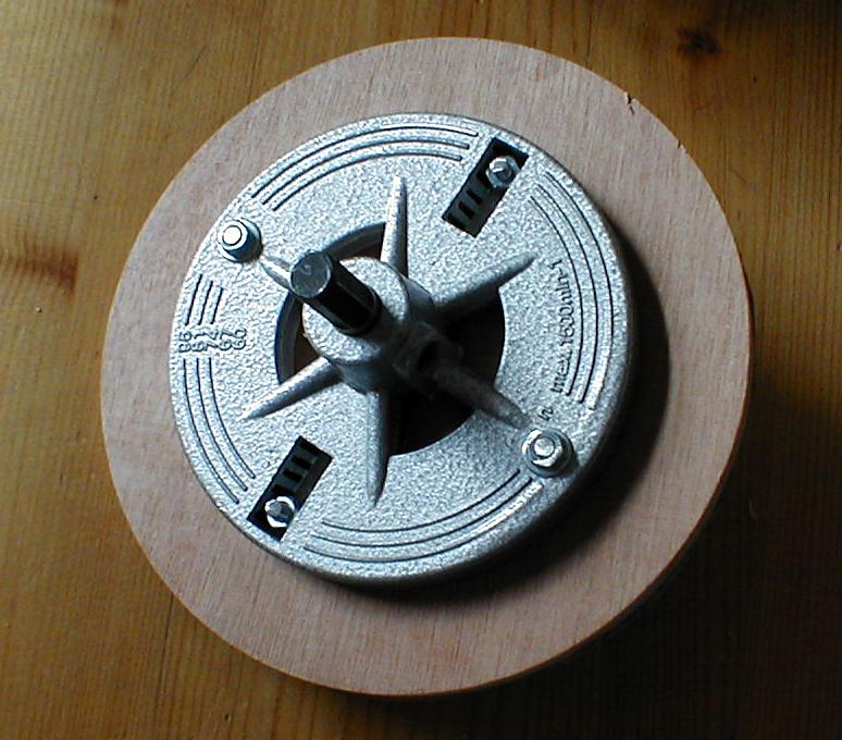 Sur la couronne, adapter une plaque circulaire en contreplaqué