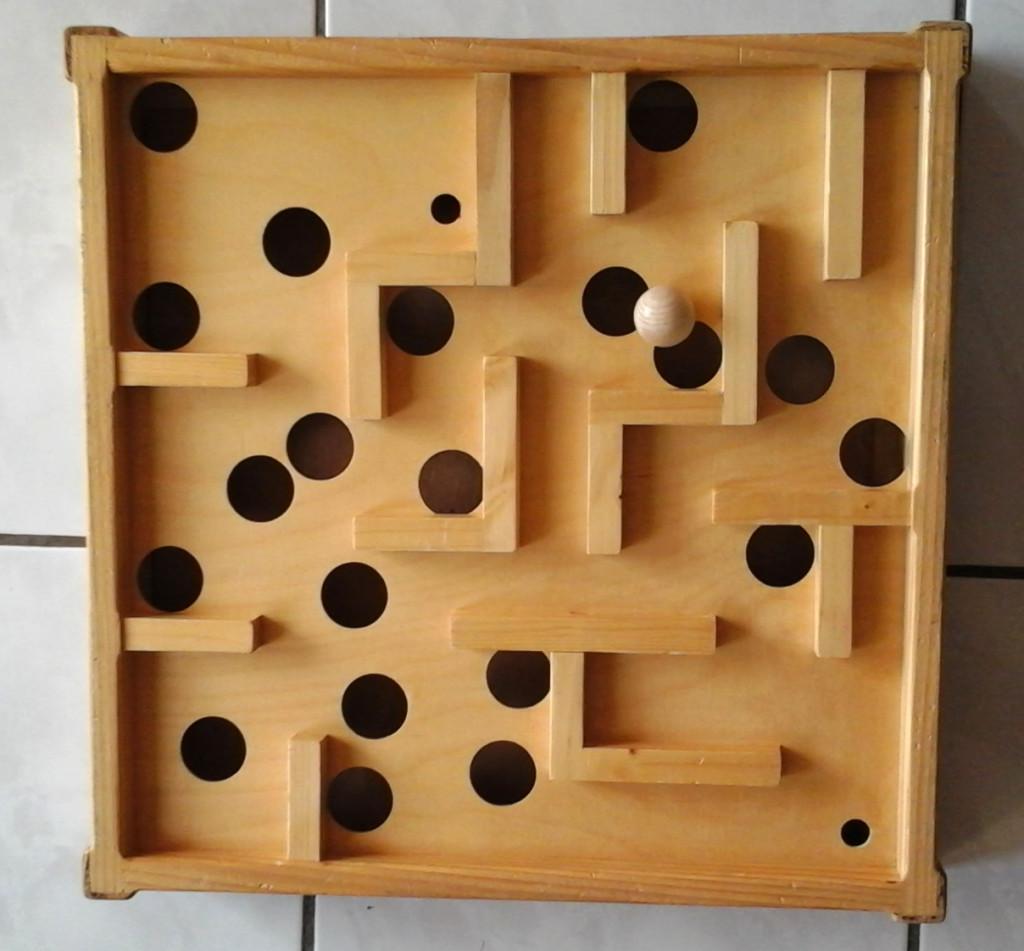Le labyrinthe en recto. Départ de la boule en bas à droite, arrivée, à gauche en haut