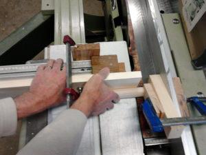 Maintenir le cylindre en position contre son appui. Plaquer contre son extrémité le guide longitudinal muni d'une cale épaisse